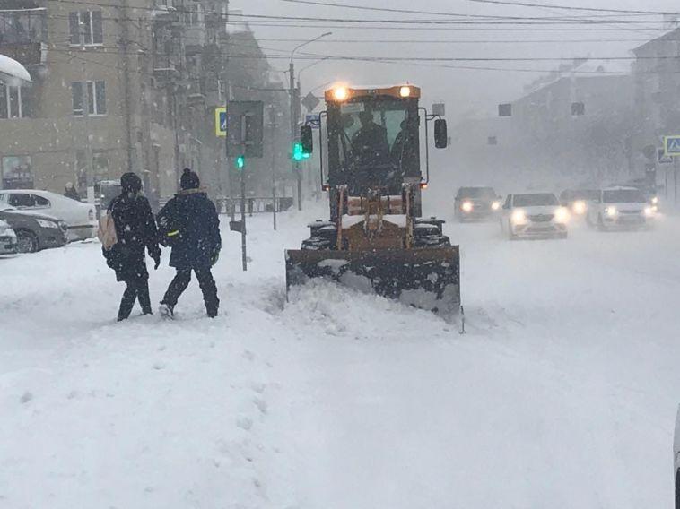 В Магнитогорск пришли снегопады! На дороги города вышла вся снегоуборочная техника