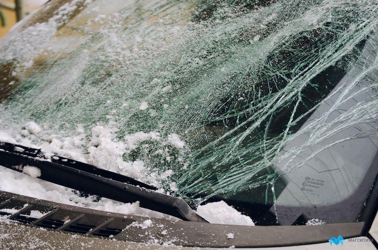 ВМагнитогорске водитель несправился суправлением и эффектноврезался всветофор
