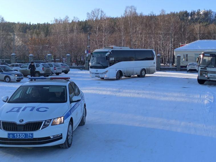 В Магнитогорске сотрудники ГИБДД сопроводили автобус с детьми до резиденции Деда Мороза