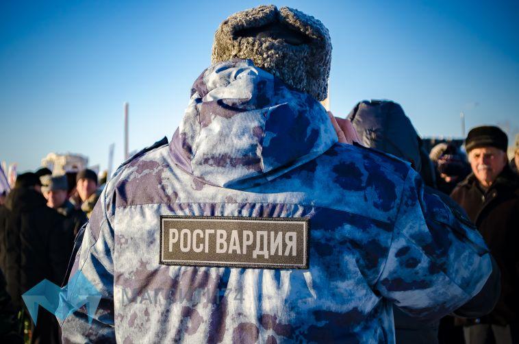 В Магнитогорске мужчина угрожал соседке пистолетом