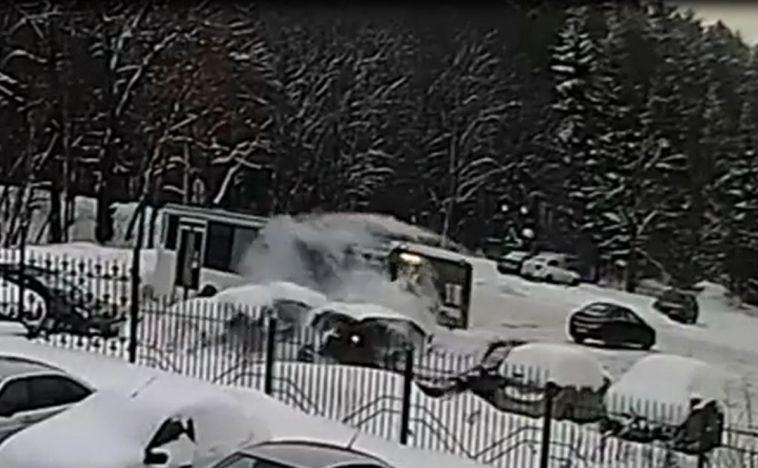 Автобус, разворачиваясь, снёс шесть автомобилей в Башкирии