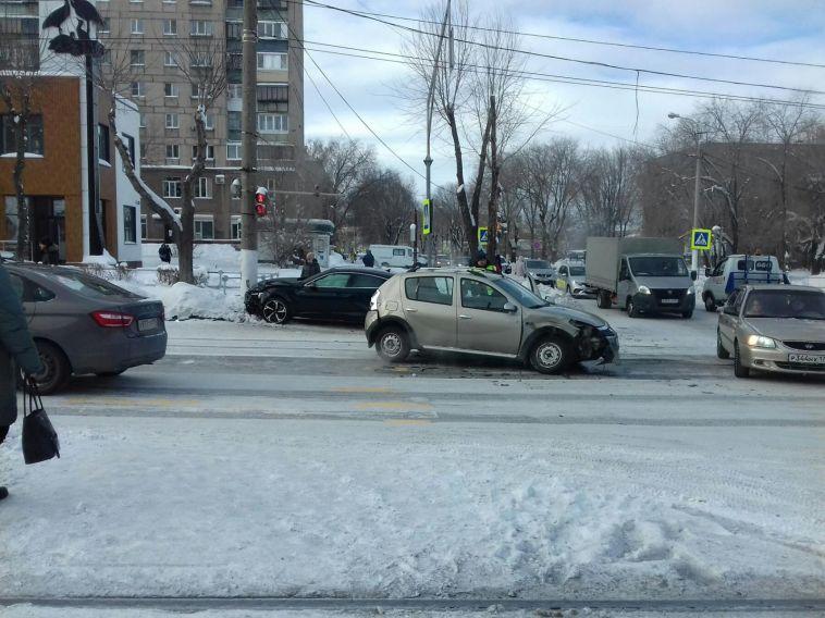 В Магнитогорске в девушку на тротуаре отлетела иномарка после ДТП
