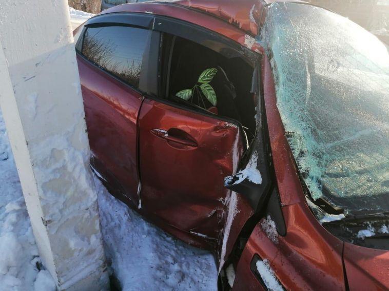 В Магнитогорске автоледи получила сотрясение мозга, врезавшись в столб