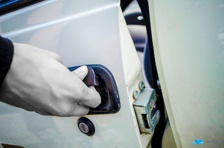Пока магнитогорец ремонтировал авто, у него украли телефон