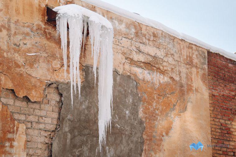 На Магнитогорск надвигается оттепель. Глава города предостерегает горожан от падения сосулек и схода снега с крыш