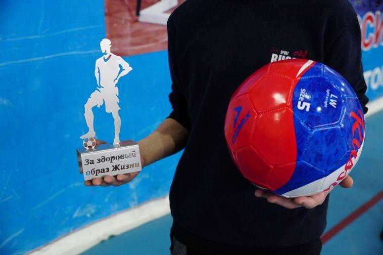 ВМагнитогорске полицейские сыграли сподростками вмини-футбол