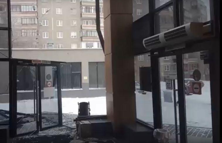 ВМагнитогорске ветер сорвал конструкции сторгового центра ижилого дома