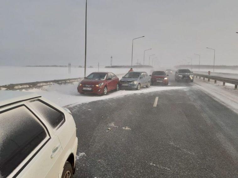 На башкирской трассе столкнулись 39 автомобилей из-за сильной метели