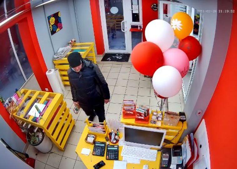 В Магнитогорске на видео попала кража телефона из цветочного салона