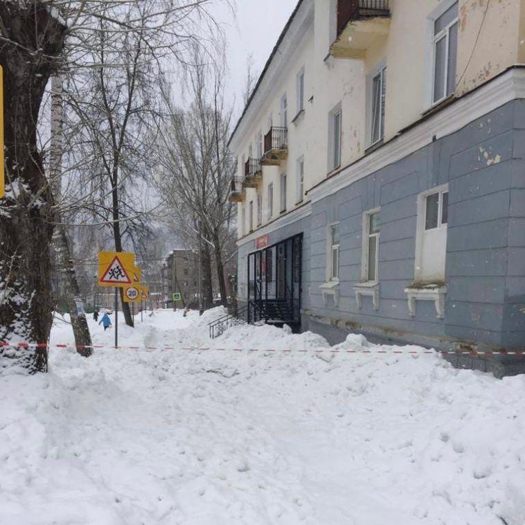 В Челябинской области на жительницу упал снег с крыши