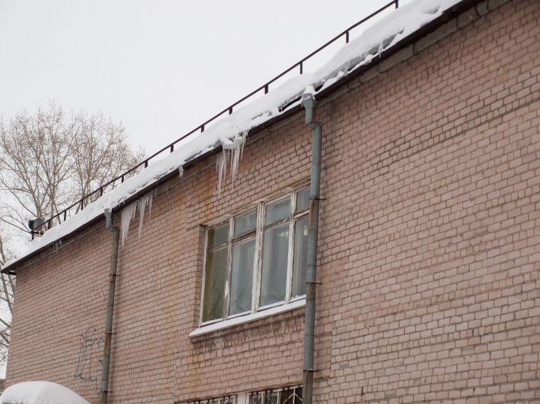 ВМагнитогорске продолжается очистка крыш отснега исосулек
