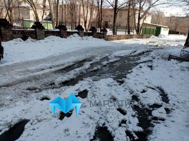 Не пройти и не проехать. Жители города жалуются на нечищеные дворы