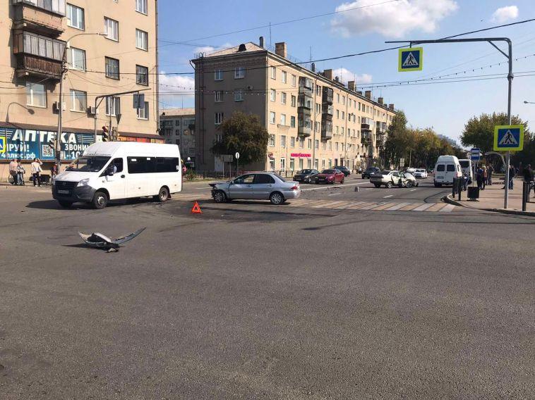 Магнитогорская автоледи выехала на перекрёсток на красный и устроила ДТП