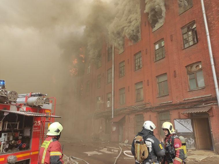 ВПитере вспыхнуло шестиэтажное здание, в результате чего погиб один пожарный