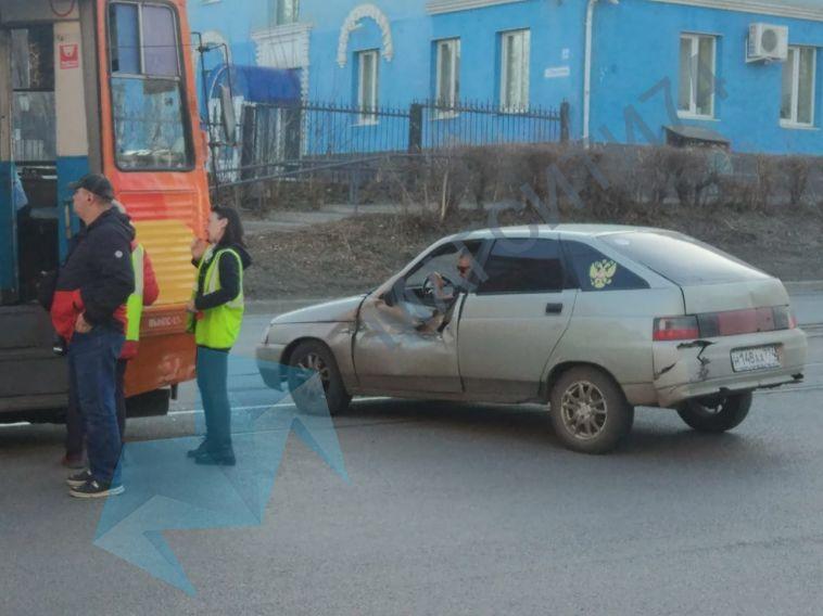 ВМагнитогорске трамвай протаранил ВАЗ