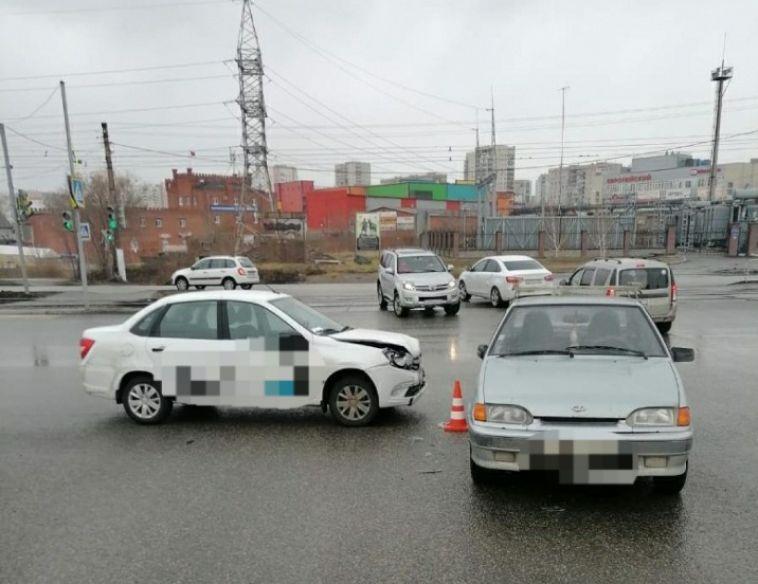 В ДТП с участием такси пострадала 14-летняя девочка в Магнитогорске