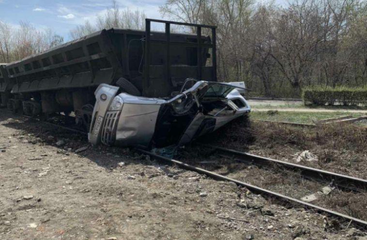 Неуспел проскочить: вМагнитогорске автомобиль угодил под поезд