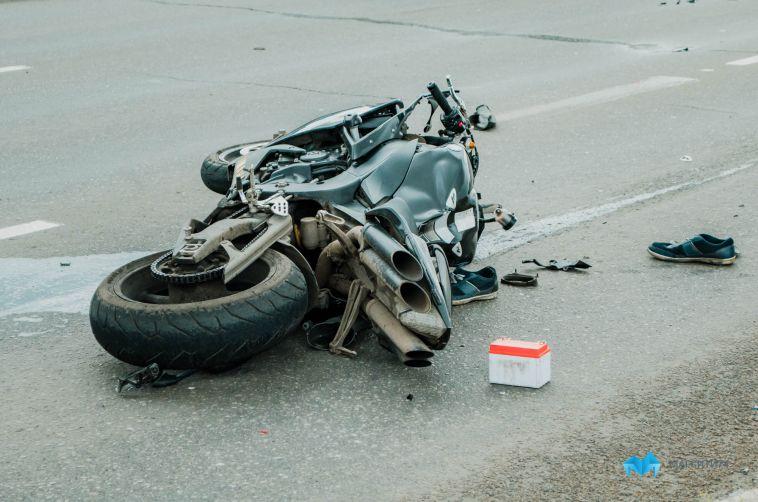 Мотоциклист врезался вавтомобиль искрылся сместа преступления