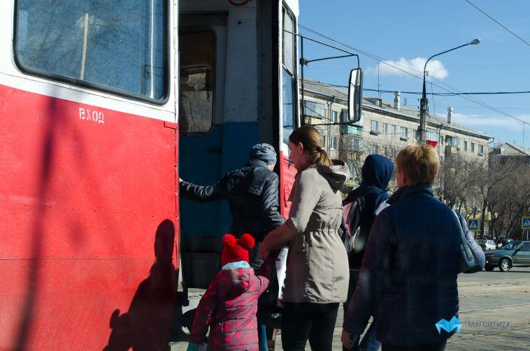 ВМагнитогорске пенсионерку дважды прижало дверями трамвая