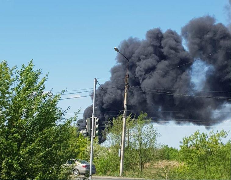 «Огонь охватил всю крышу»: вМагнитогорске впосёлке сгорело офисное здание
