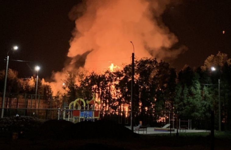 Ночной пожар напугал жителей города металлургов