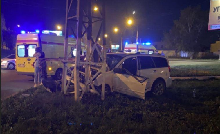 Летела соскоростью 120км/ч: вМагнитогорске пьяная компания наиномарке врезалась в столб