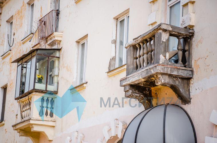 В Магнитогорске двухлетняя девочка выпала с балкона