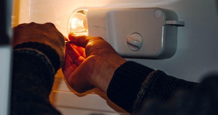 Что делать, если сломался холодильник? Его можно починить — ещё и выгодно