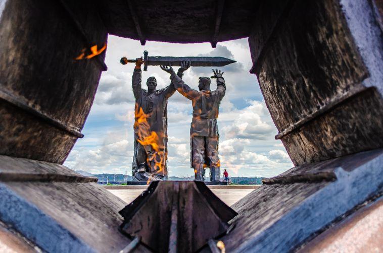 Школьницы пожарили сосиски на Вечном огне в Сатке