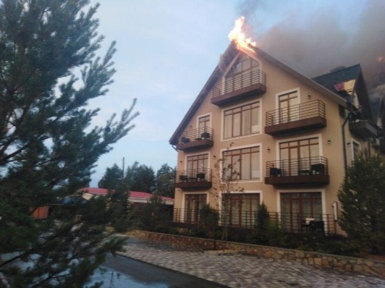 Из-за попадания грозового разряда в Челябинской области загорелась гостиница