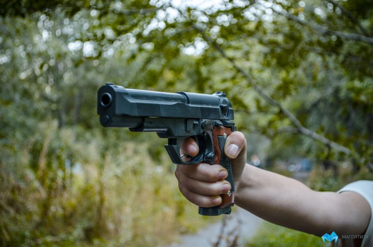 В Магнитогорске двое жителей купили пистолет у полицейского