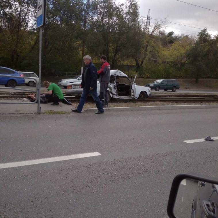 На Профсоюзной улице автомобиль вылетел на рельсы
