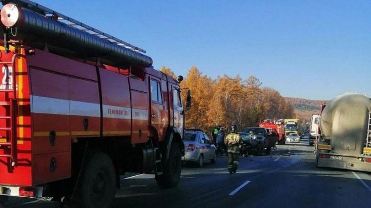 На трассе в Челябинской области столкнулись фура и легковушка. Два человекаранены