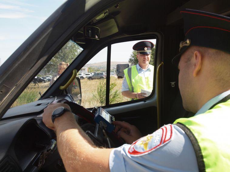 Сотрудники ГИБДД проверяют маршрутки иавтобусы
