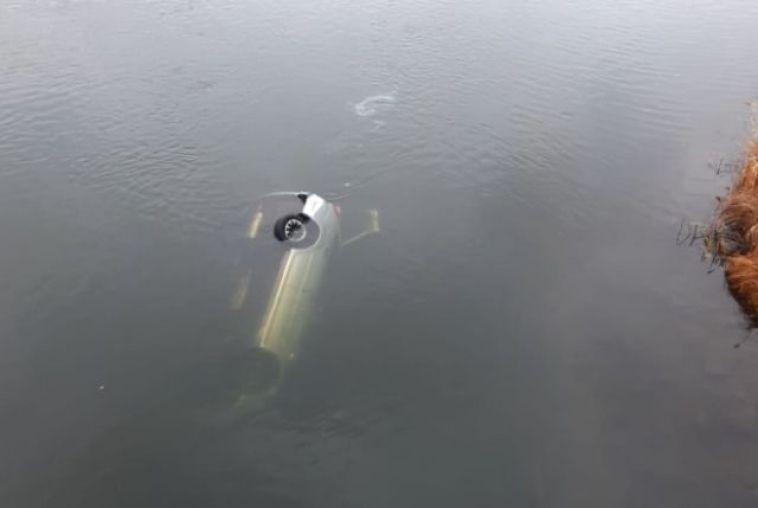 Около Магнитогорска автомобиль упал в реку с моста