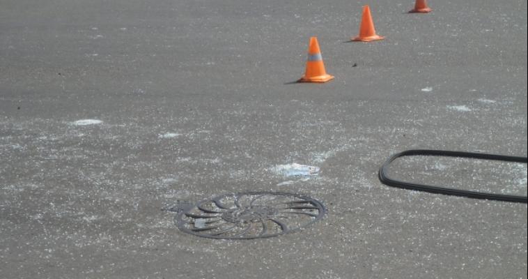 Двое подростков разбили лобовое стекло проезжающему мимо автомобилю: хулиганов разозлило то, что водитель им посигналил