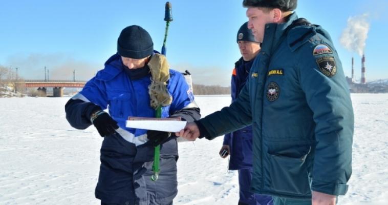 Сотрудники МЧС провели выходные с рыбаками