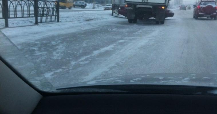 От удара автомобиль развернуло посреди дороги