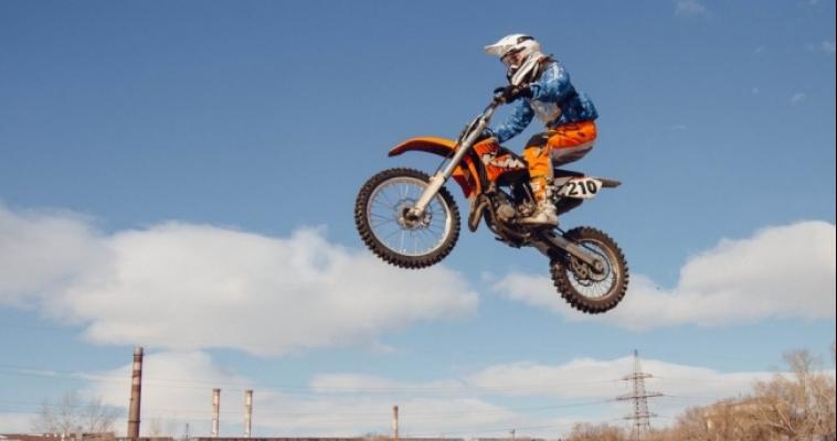 Горячая борьба и брызги грязи: в Магнитогорске прошли соревнования по мотокроссу