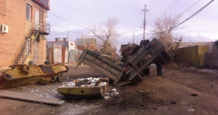 В Магнитогорске грузовик развалился прямо на улице
