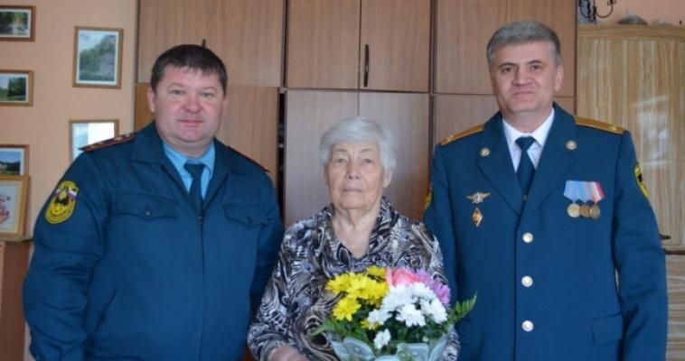 Магнитогорские пожарные поздравили ветеранов