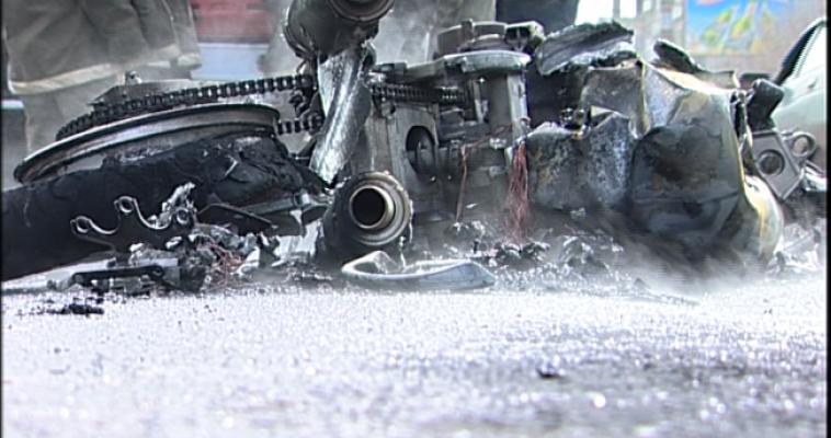 Мотоциклист без прав врезался в припаркованный автомобиль