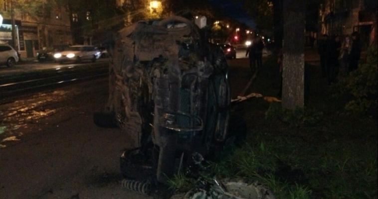 В Магнитогорске пьяный водитель перевернул авто после того, как врезался в дерево
