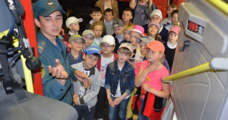 Школьники примерили боевую одежду и посидели в пожарной машине