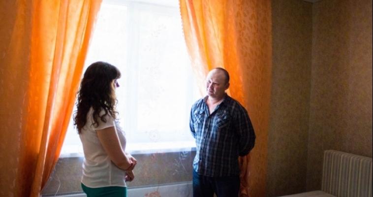 Переселенцы с ветхо-аварийных домов переезжают в новые дома вместе с долгами и советскими паспортами