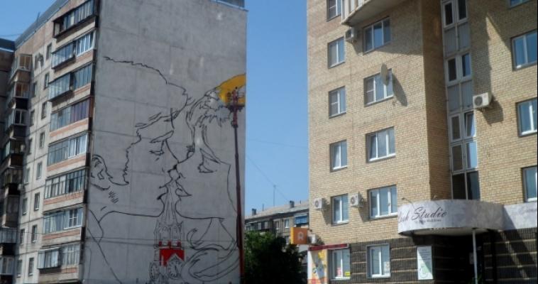 Пара на фоне Кремля. Художники создают шедевр с помощью подставок для цветов