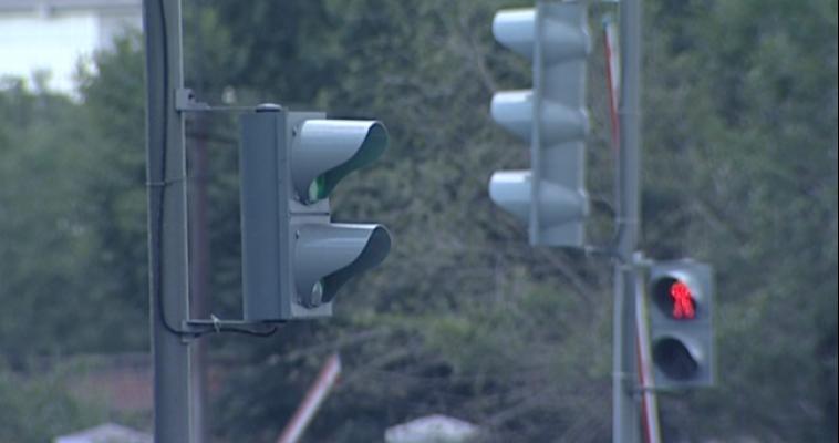 В пьяном угаре молодые люди сломали светофор
