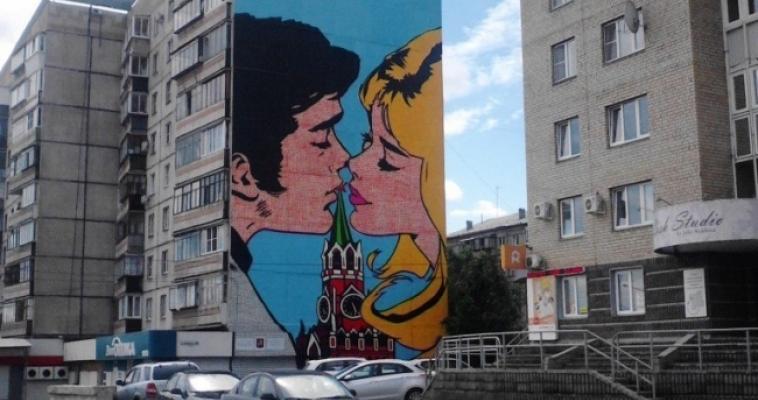 Жители недовольны: вслед за граффити на фасаде появилась реклама