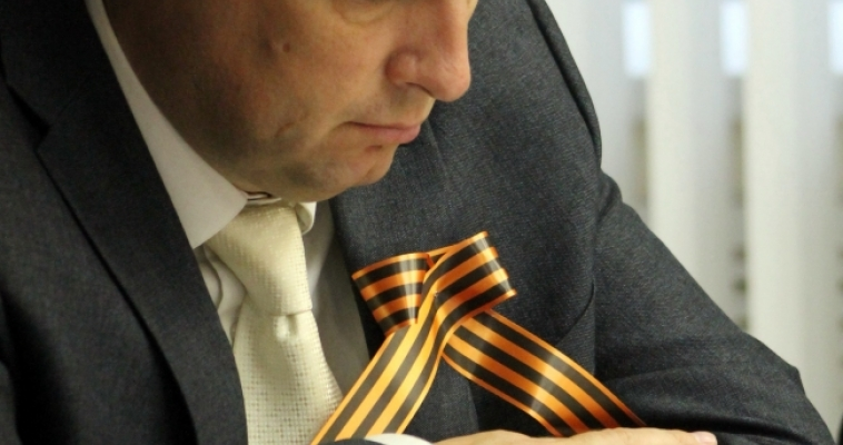 Александр Логинов почитает юным магнитогорцам книгу