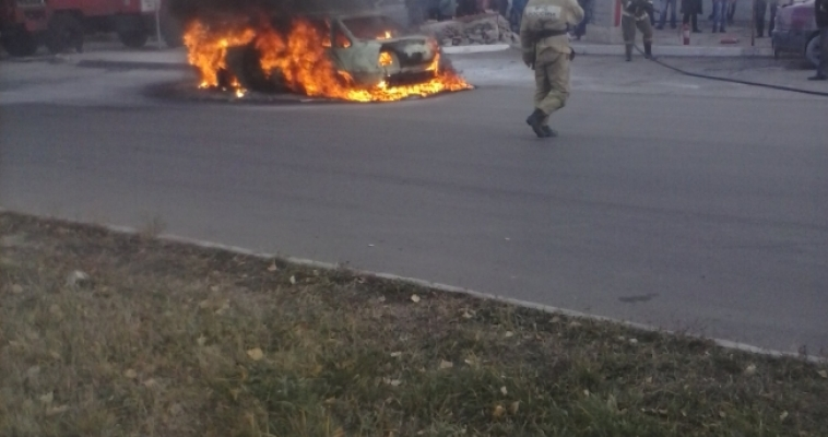 Среди бела дня буквально дотла сгорел автомобиль